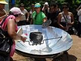 Alunos usam fogão a energia solar para produção sustentável da merenda escolar